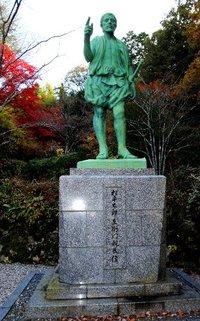 松平親氏公銅像と松平東照宮の紅葉